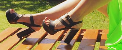 sandalo nero con zeppa e fibbia